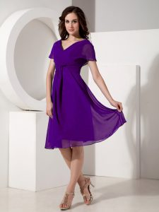 V-neck Short Sleeves Mother Of The Bride Dress Knee Length Ruching Purple Chiffon